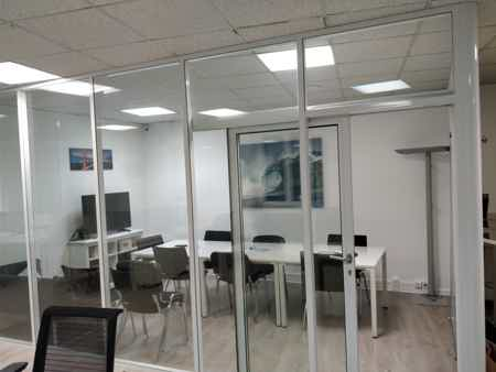 Coworking open space lumineux et agréable