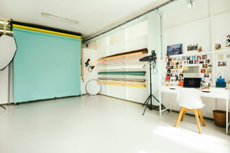 210 € par jour, 5 places assises 5 places debout , Marseille, Location du studio photo marseille
